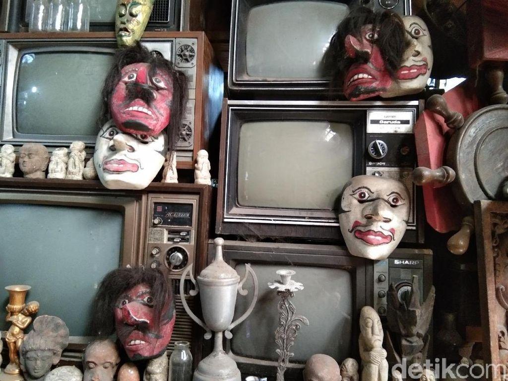 Potret Barang-Barang Antik di Pasar Triwindu Solo