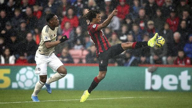 Manchester United's Anthony Martial, left, and Bournemouth's Nathan Ake battle for the ball during the English Premiership soccer match at The Vitality Stadium, Bournemouth, England, Saturday Nov. 2, 2019. (Mark Kerton/PA via AP)