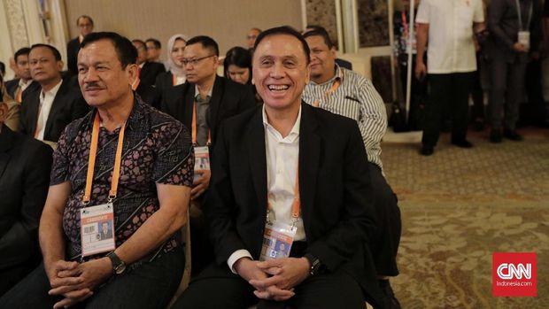 Iwan Bule (kanan) terpilih sebagai ketua PSSI baru.