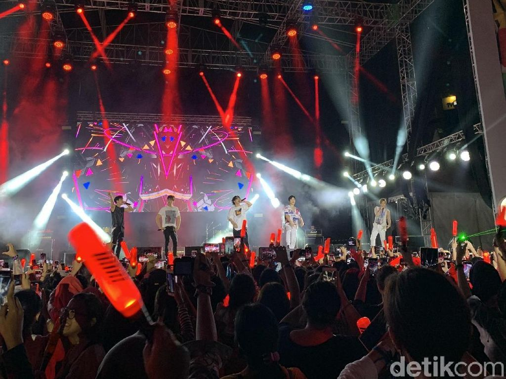 Pecah Abis! iKON Sukses Obati Kerinduan Fans Indonesia