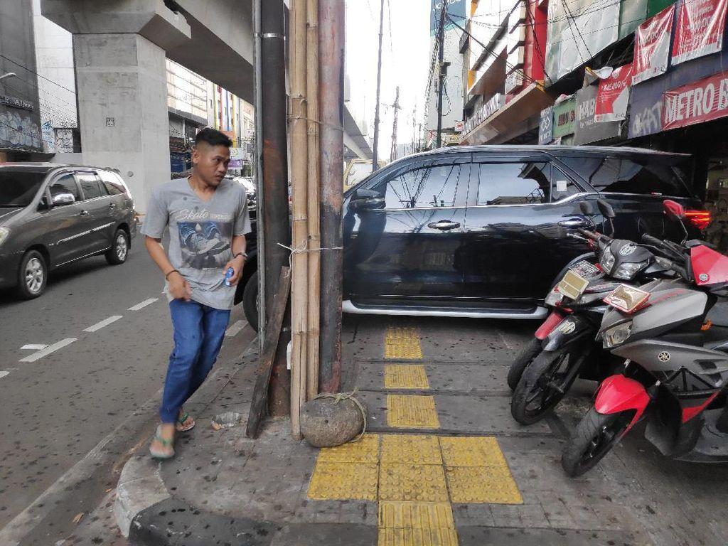 Trotoar Fatmawati Jadi Area Parkir Liar, Satpol PP: Sudah Sering Ditertibkan