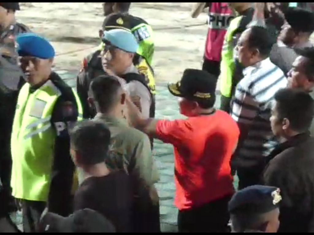 Momen Gubernur Kalteng Marahi Kapolres dan Lempar Botol ke Stadion