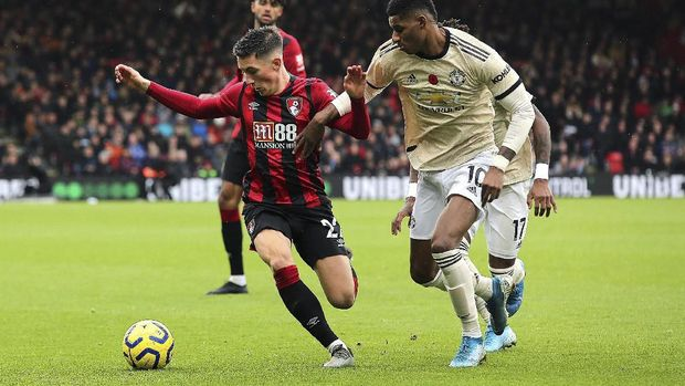 Bournemouth's Harry Wilson, left, and Manchester United's Marcus Rashford battle for the ball during the English Premiership soccer match at The Vitality Stadium, Bournemouth, England, Saturday Nov. 2, 2019. (Mark Kerton/PA via AP)