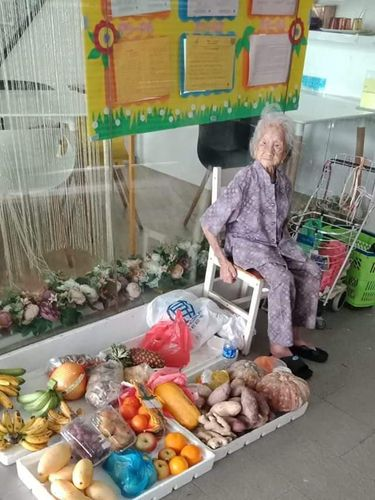Kisah Nenek 97 Tahun yang Berjualan Buah Meski Sudah Pikun