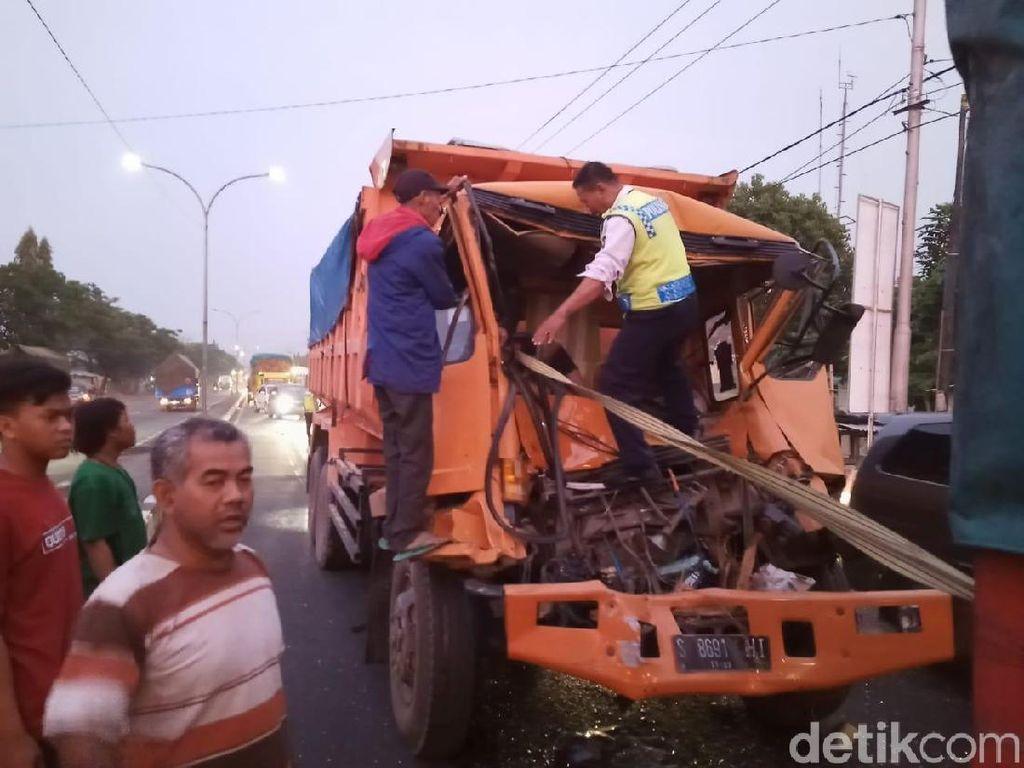Sebuah Dump Truk Tabrak Kendaraan di Depannya, Sopir Sempat Terjepit