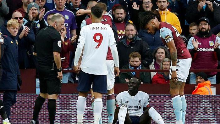 Sadio Mane dikartukuning usai diving di laga kontra Aston Villa (Action Images via Reuters/Craig Brough)