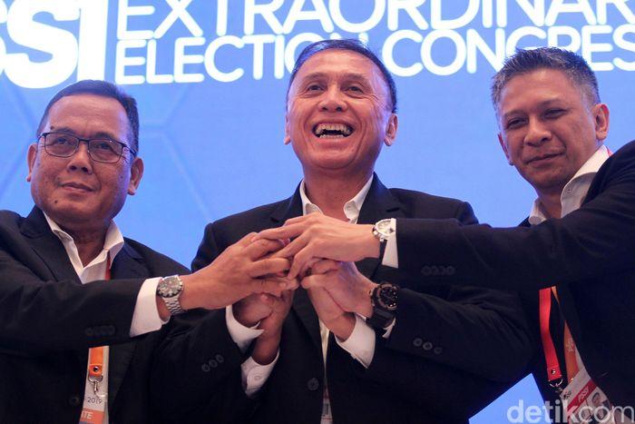 Iwan Bule dua wakilnya Cucu Sumantri dan Iwan Budianto menyatukan tangan usai terpilih menjadi Ketum dan Wakil Ketum PSSI, Sabtu (2/11/2019).