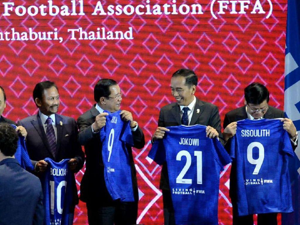 Indonesia Jadi Tuan Rumah Piala Dunia U-20, Jokowi Diberi Jersey Nomor 21