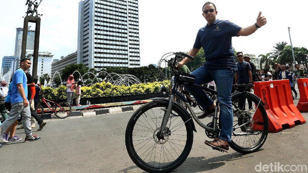 Gaya Anies Naik Sepeda di CFD