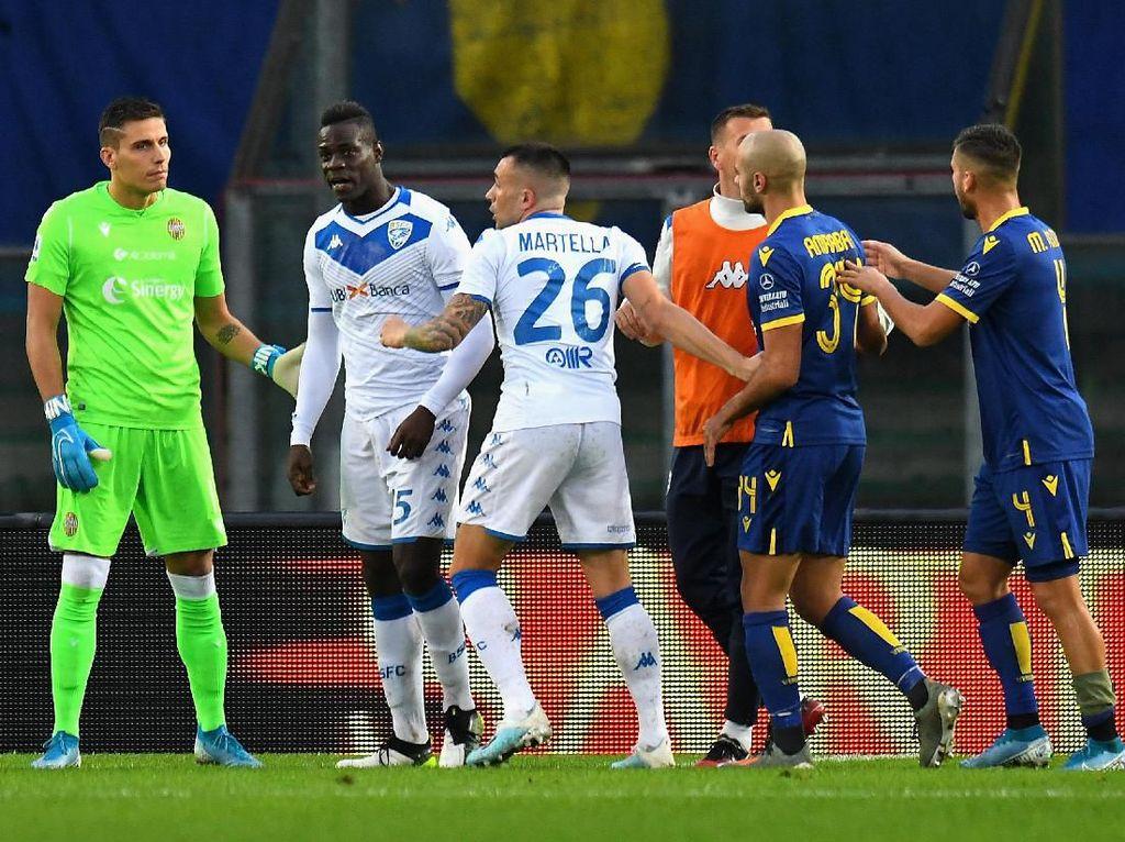Kena Serangan Rasis di Markas Verona, Balotelli Tendang Bola ke Penonton