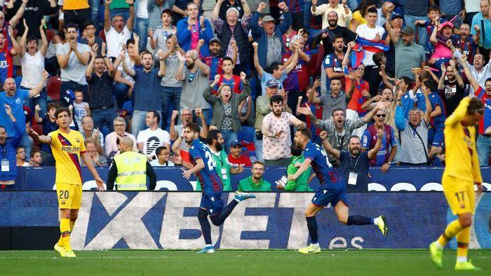 Barcelona kebobolan tiga gol dalam tujuh menit sehingga kalah 1-3 dari Levante. (Foto: Javier Barbancho / Reuters)