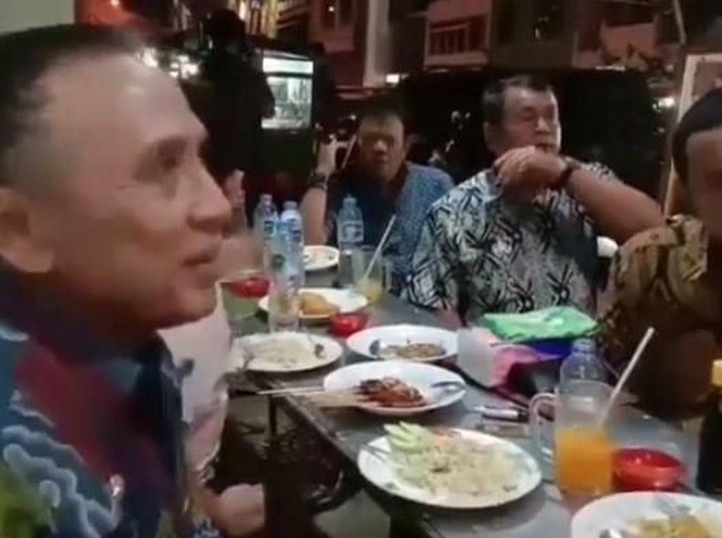 Ketua Umum PSSI, Iwan Bule Ternyata Suka Kulineran Kaki Lima