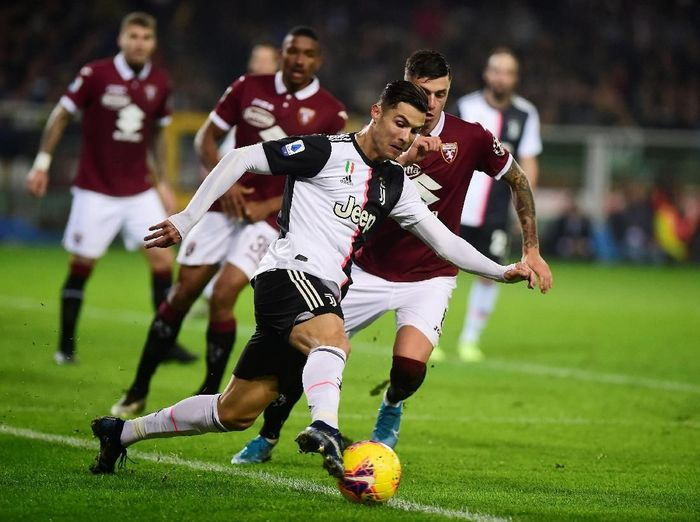 Cristiano Ronaldo berusaha melewati pemain Torino. Foto: Massimo Pinca/Reuters