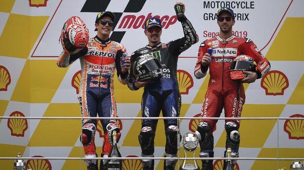 Maverick Vinales (tengah) menang MotoGP Malaysia. (