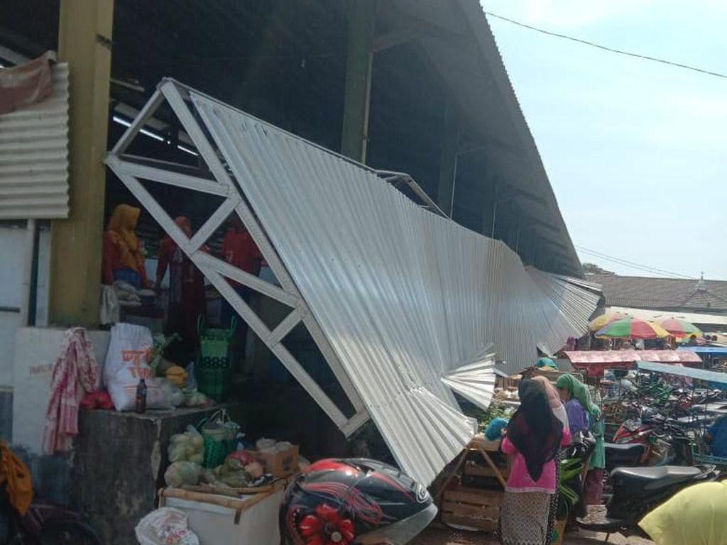 Atap Pasar Sarang Rembang Ambrol, Sejumlah Pedagang Terluka