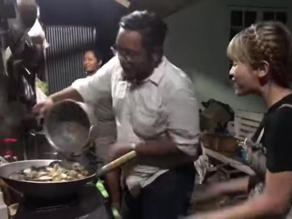 Siap-siap Dimarahi! 5 Warung Makan Ini Penjualnya Galak dan Jutek