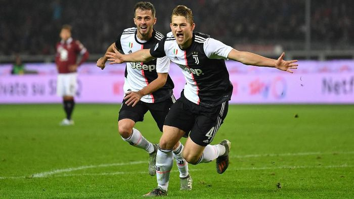 TURIN, ITALY - NOVEMBER 02:  Matthijs de Ligt (R) of Juventus celebrates aftyer scored the opening goal during the Serie A match between Torino FC and Juventus at Stadio Olimpico di Torino on November 2, 2019 in Turin, Italy.  (Photo by Valerio Pennicino/Getty Images)