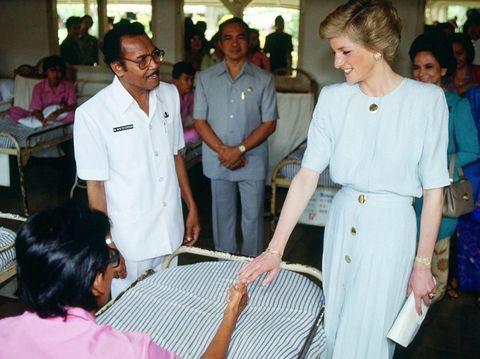 Putri Diana menyalami pasien kusta di RS Sitanala Tangerang
