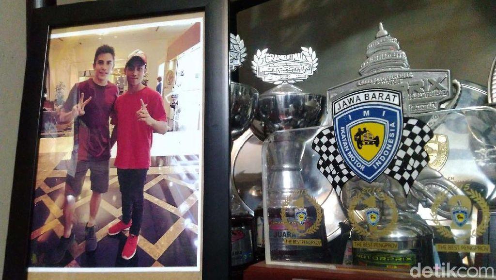 Melihat Koleksi Piala Almarhum Afridza Munandar