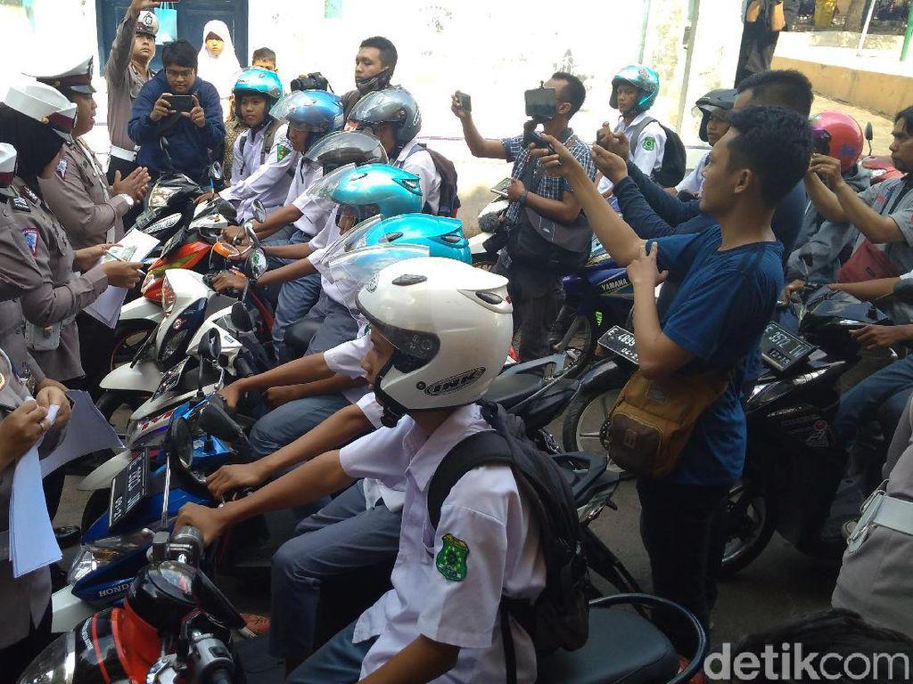 Polisi Cirebon Razia Kendaraan Pelajar di Depan Gerbang Sekolah