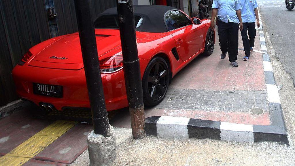 Duh, Mobil Mewah Parkir di Trotoar