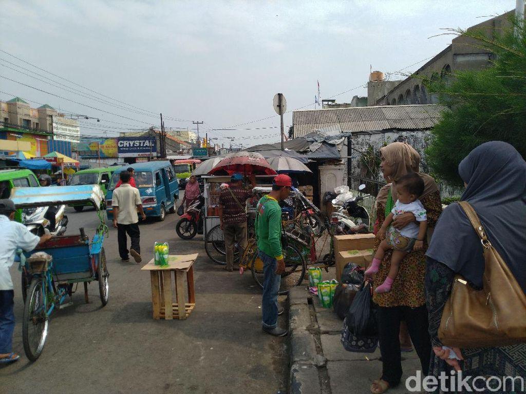 Pasar Citeureup Bogor Semrawut, Banyak Pedagang Jualan di Pinggir Jalan
