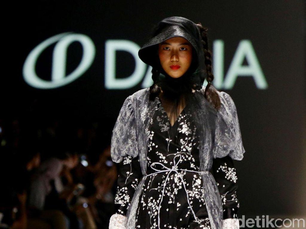 Foto: Serba Monokrom di Koleksi Busana Ready to Wear Barli Asmara