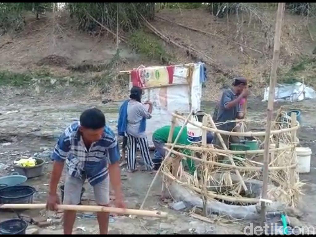 Krisis Air Bersih, Warga Brebes Buat Sumur di Dasar Sungai Kering