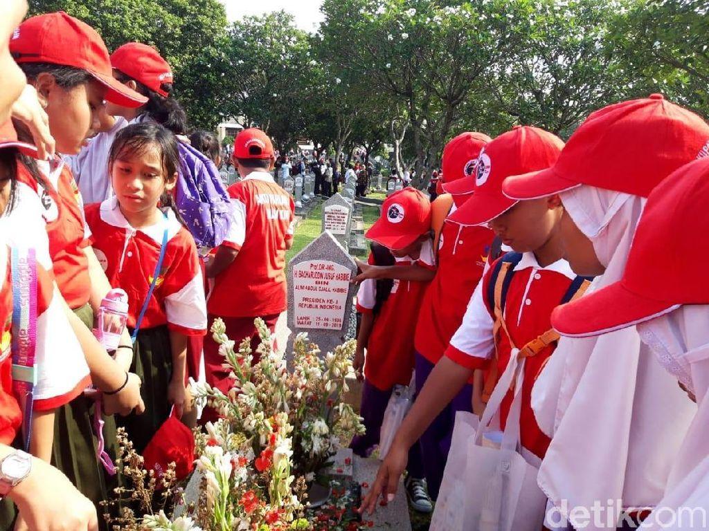 Ajak Anak SD-SMP Ziarah di TMP Kalibata, Kemensos: Agar Paham Jasa Pahlawan