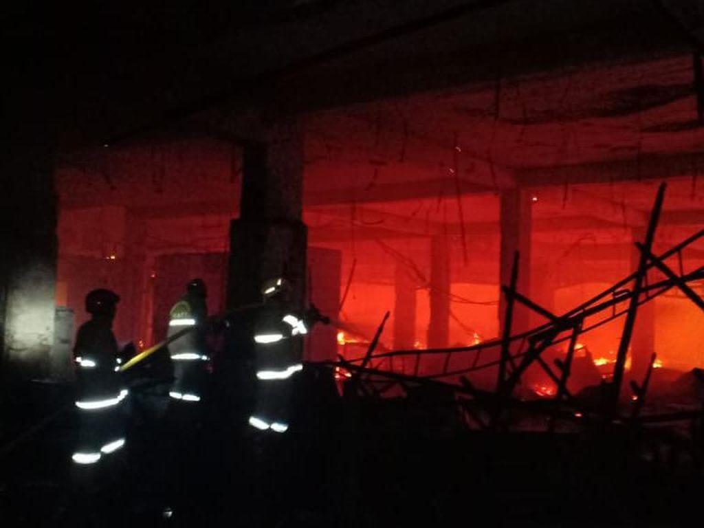 Sudah 5 Jam, Petugas Damkar Masih Sisir Titik Api di Gedung Kosong Hailai