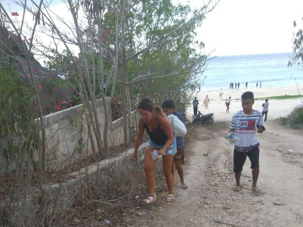 Viral Bule Punguti Sampah, Angin Segar di Tengah Turis Nakal