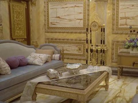 Mengenal Anita, Pemilik Rumah Berlapis Emas dengan 99 Kamar yang Viral