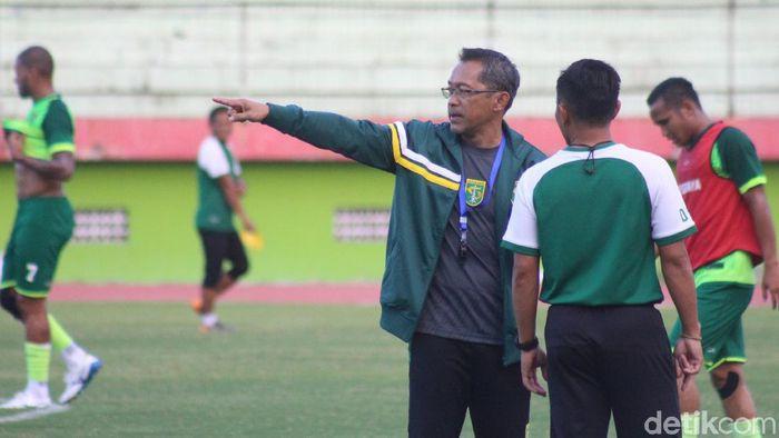 Pelatih Perseaya Surabaya, Aji Santoso, mewanti-wanti anak asuhnya jangan sampai menurun bermain tanpa Bonek. (Foto: Suparno/detikcom)