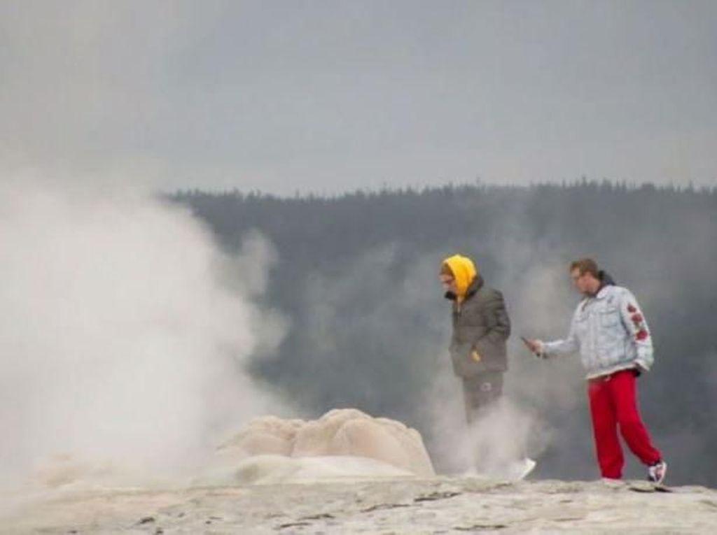 Bahaya! Turis Menantang Maut di Dekat Geyser Mendidih
