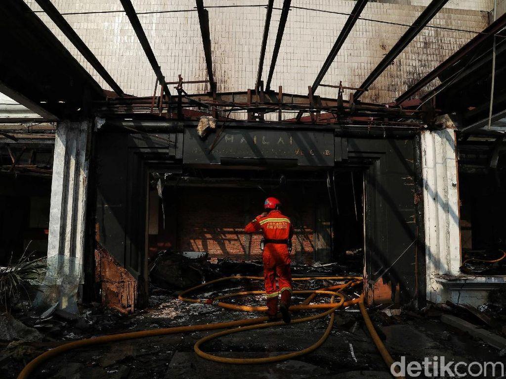 Penampakan Sisa-sisa Kebakaran di Gedung Hailai Ancol