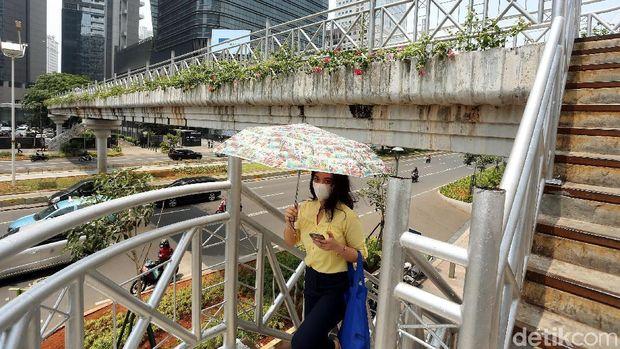 Atap JPO di Sudirman Dicopot, Bagaimana Nasib Pejalan Kaki Jika Hujan?