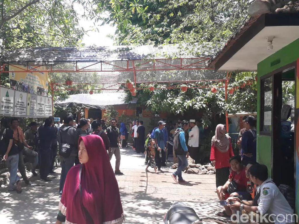 Tangis Histeris Keluarga Korban SDN Ambruk di RSUD R Soedarsono