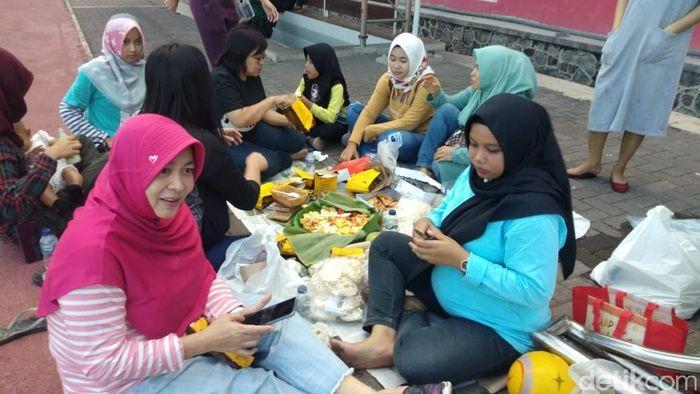 WAGs Persebaya Surabaya memberi dukungan ke suaminya sambil rujakan. (Foto: Suparno/detikcom)