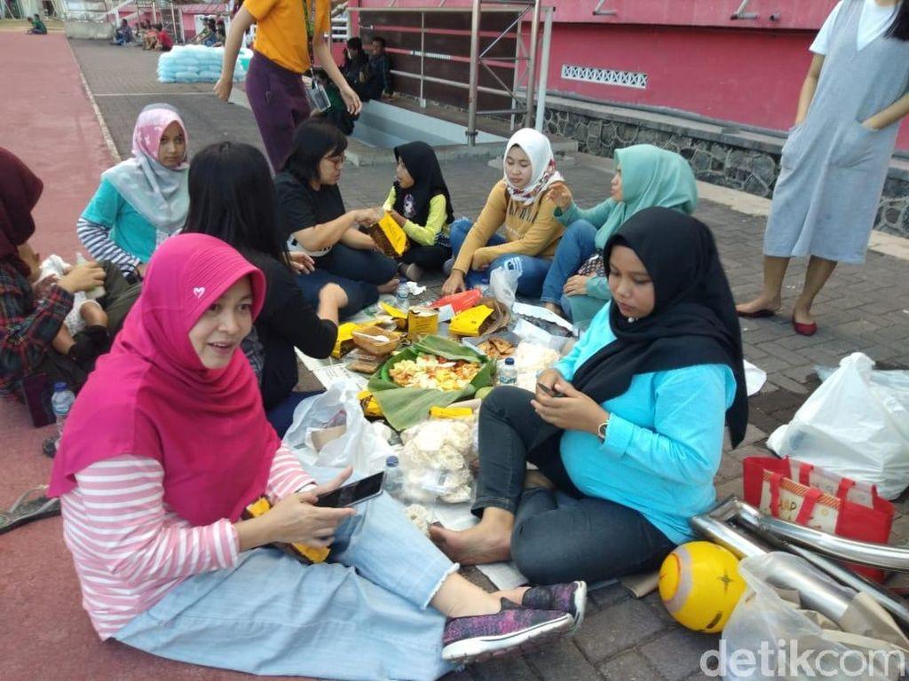 Kearifan Lokal: WAGs Persebaya Tonton Latihan Sambil Rujakan