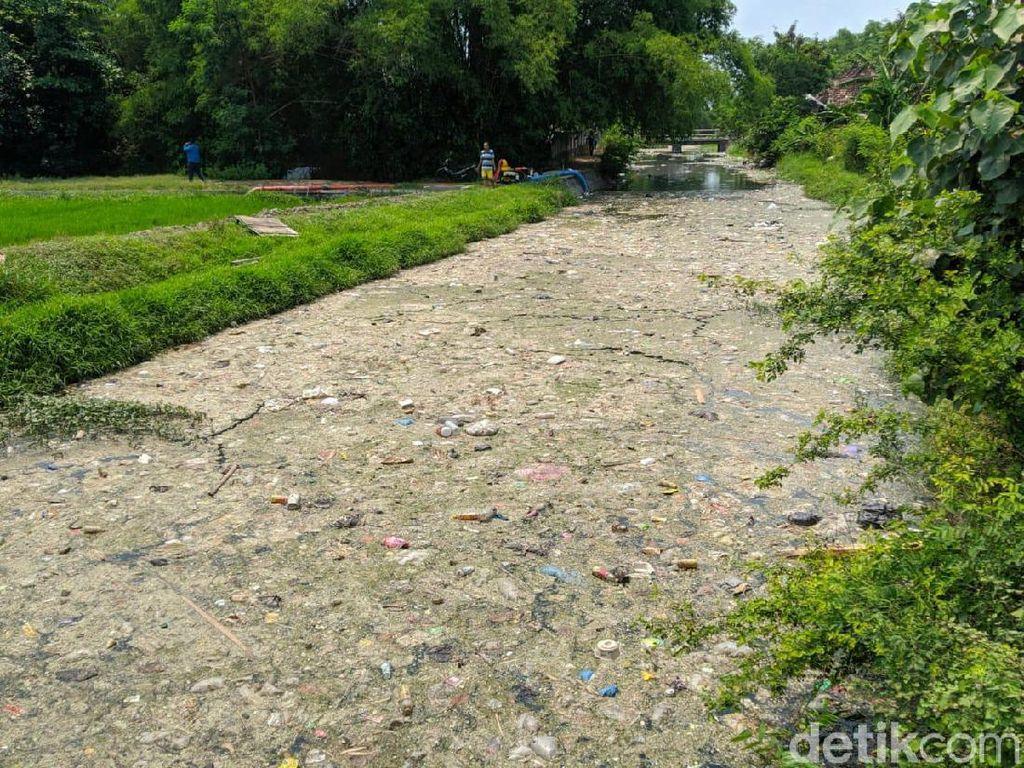 Polisi Selidiki Sungai Ledeng di Mojokerto yang Penuh Sampah dan Limbah