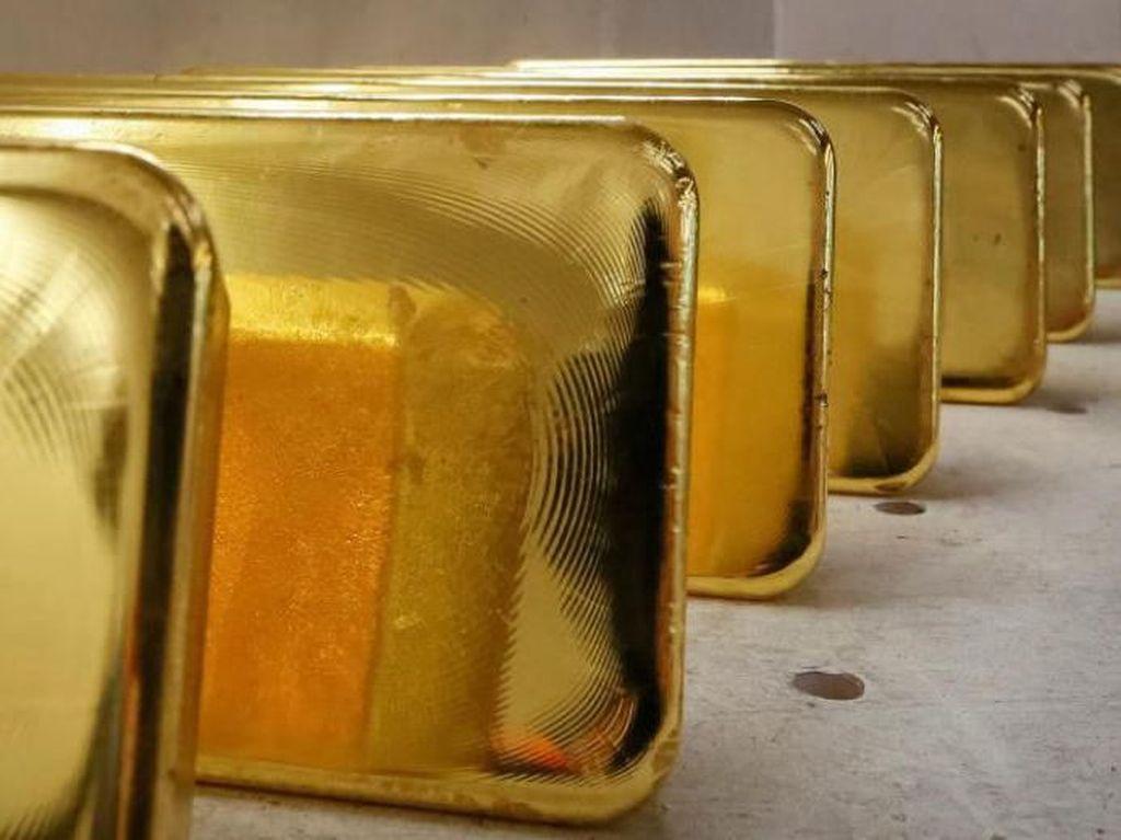 Jalannya Aneh, Wanita Ini Ditangkap Saat Selundupkan Emas 2 Kg di Sepatu