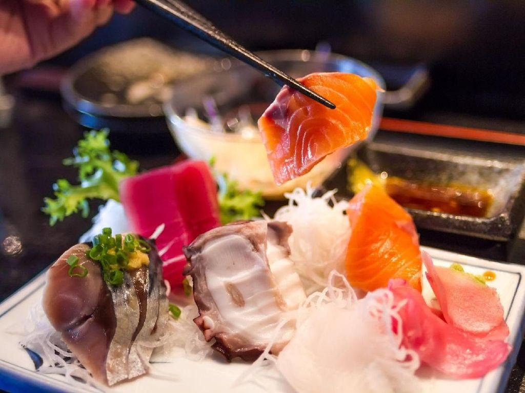 Tren Diet Makan Sushi Tanpa Nasi Bikin Netizen Geram