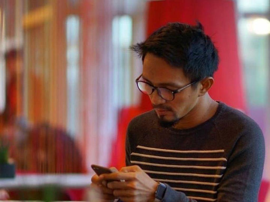 Intip Gaya Ngopi Ricky Zainal dalam Cerita #LayanganPutus