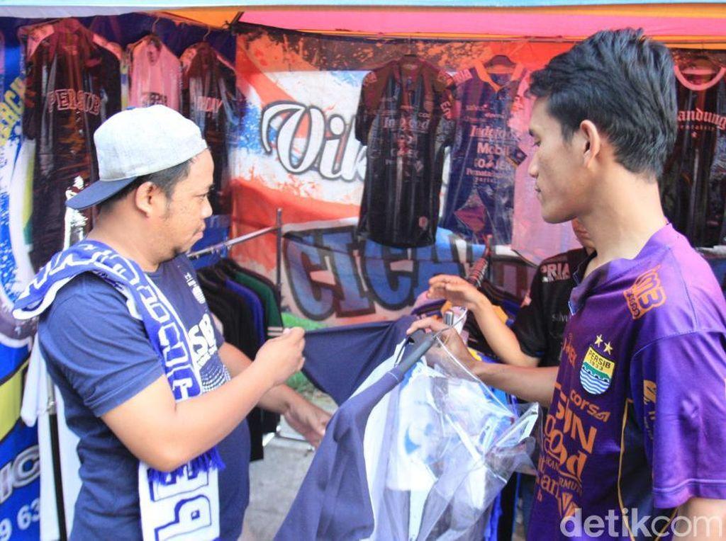 Berkah untuk Penjual Pernak-pernik Klub, Persib Main di Bandung Lagi