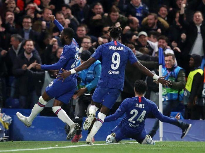 Para pemain Chelsea merayakan gol Reece James. Foto: Catherine Ivill/Getty Images