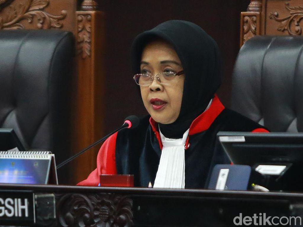 Hakim MK Tegur Pengunjung yang Ketahuan Makan di Sidang Online