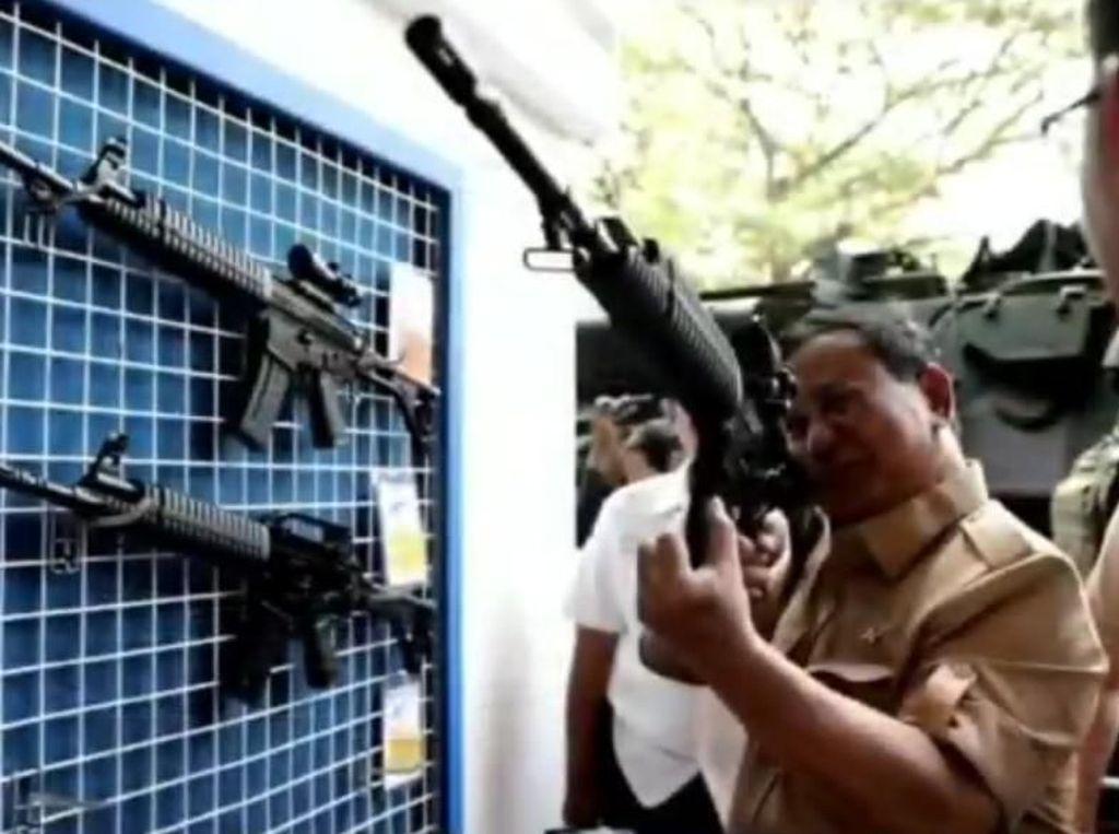 Kunjungi Pindad, Menhan Prabowo Pegang Senjata-Jajal Rantis Komodo