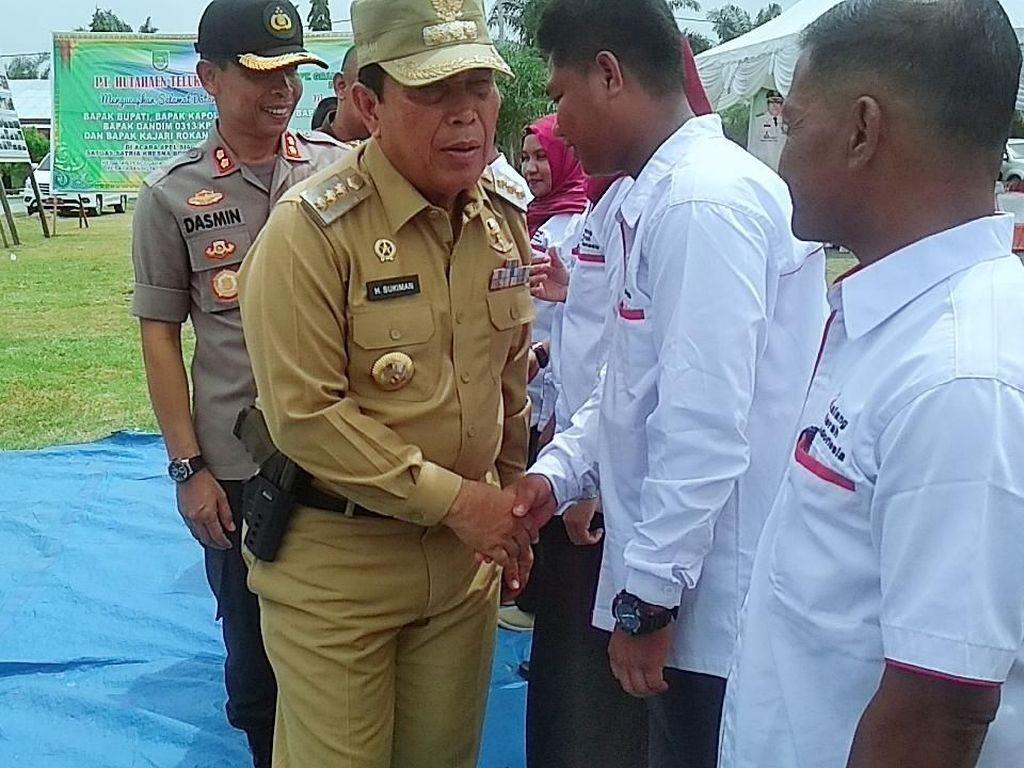 Heboh Foto Bupati Rohul Riau Bawa Pistol di Pinggang Saat Upacara