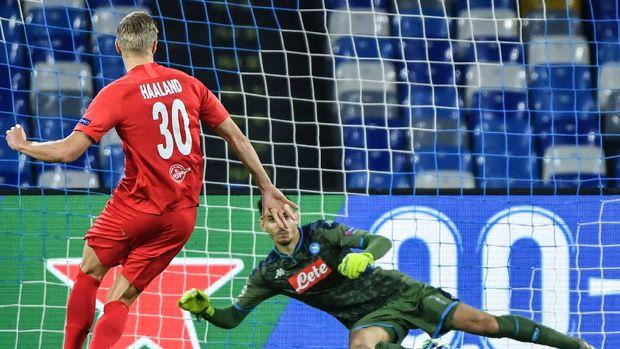 Erling Braut Haaland saat mencetak gol ke gawang Napoli. (
