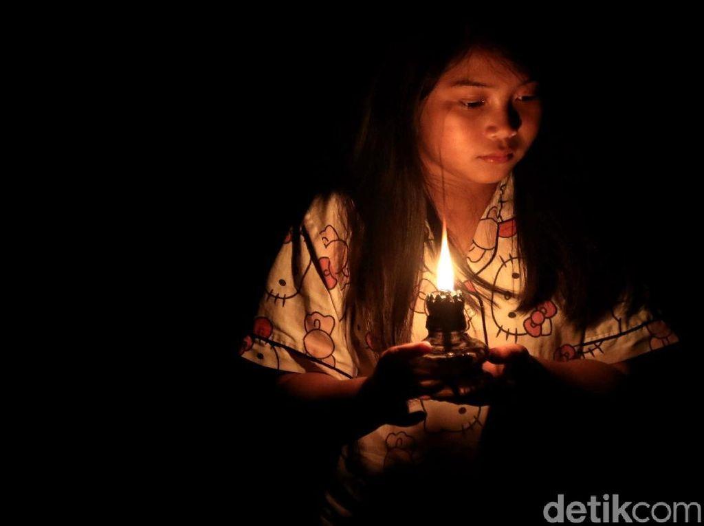Lilin Temani Aktivitas Warga di Perbatasan Indonesia Kala Malam Tiba